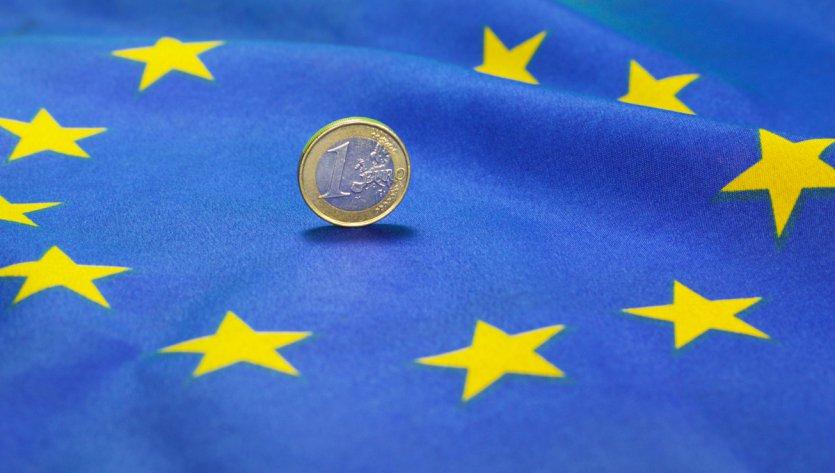 Piece d'euro sur le drapeau européen | Euro-Münze auf der Europa-Flagge